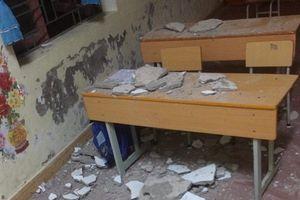 Mảng trần nhà sập rớt trúng đầu khiến 3 học sinh lớp 1 phải nhập viện cấp cứu