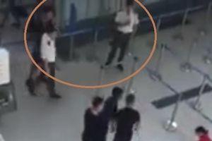 Vụ đánh nữ nhân viên hàng không: Tranh cãi về thái độ 'đứng nhìn' của 3 nhân viên an ninh sân bay