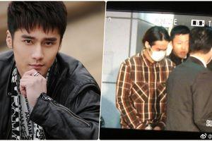 Lộ ảnh Tưởng Kình Phu bị còng tay áp giải, chính thức bị cảnh sát Nhật Bản bắt giữ