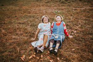 Chụp ảnh như bạn thân nhưng mối quan hệ thực sự của 2 cụ bà càng khiến người ta thêm ngưỡng mộ