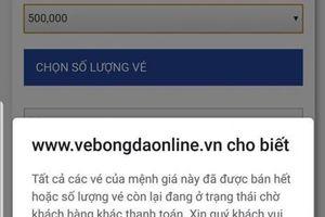 Chị em 'dài cổ' canh vé trận Việt Nam - Philippines mà không mua được