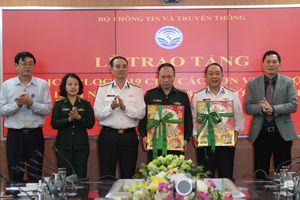Trao tặng 3.000 lịch blốc 2019 cho các đơn vị bộ đội