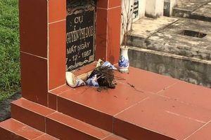 Người dân tá hỏa khi phát hiện gần 100 ngôi mộ bị đập vỡ bát hương