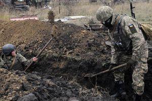 Lính Ukraine hối hả đào chiến hào, sẵn sàng đối đầu với Nga