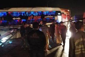Sơn La: Xe khách đấu đầu xe đầu kéo, hành khách hoảng loạn