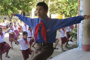 Thầy giáo tổng phụ trách đội tận tụy với học sinh vùng khó khăn
