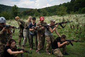 Xem giới trẻ Ukraine được huấn luyện quân sự để... chống Nga?