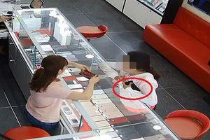 Nữ quái trộm iPhone 'dễ như bỡn' ngay trước mặt nhân viên bán hàng