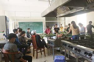 Trường CĐ nghề Phú Thọ: Học viên dùng lá chuối thay rau, quả thực hành