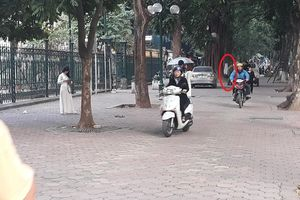 Hà Nội: 'Né' đèn đỏ, xe máy, ô tô leo lên vỉa hè, người đi bộ gặp nguy hiểm