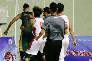 Cấm thi đấu 10 năm đối với hai cầu thủ bóng rổ 'tẩn' trọng tài