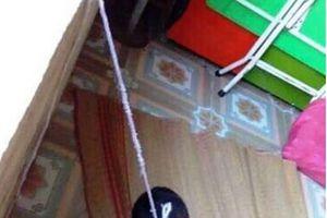 Cháu bé 4 tuổi bị nhốt trong phòng học, buộc dây treo lên cửa sổ?