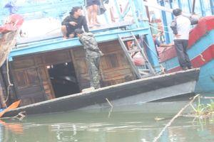 Ngư dân bị sóng đánh rơi xuống biển mất tích