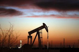 Giảm thê thảm, giá dầu về sát 50USD/thùng