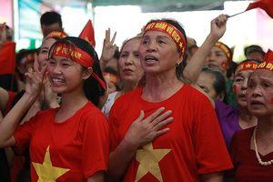 Mẹ trung vệ Tiến Dũng khen Quế Ngọc Hải, tin Việt Nam sẽ vô địch