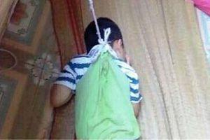 Bé mầm non 4 tuổi bị nhốt trong phòng học, buộc dây treo lên cửa sổ?