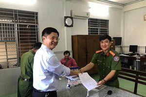 Phó Chủ tịch TP Cần Thơ bàn giao nhẫn nhặt được cho Công an trả người đánh rơi