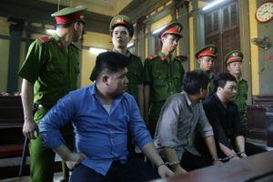 Hung thủ đâm chết 2 'hiệp sĩ' ở Sài Gòn lạnh lùng tại phiên xử