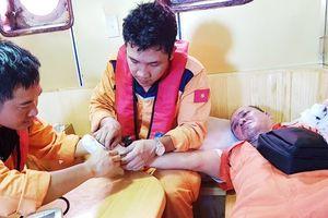 Cứu thủy thủ Philippines bị dập 2 bàn tay trên biển