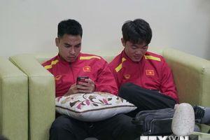 Đội tuyển Việt Nam vật vạ trong phòng chờ tại sân bay Bacolod