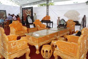 Chiêm ngưỡng bộ bàn ghế đá quý nguyên khối trị giá 8 tỷ đồng tại Hà Nội