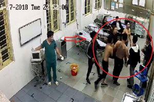 Mặc bệnh nhân đang cấp cứu, nhóm côn đồ xăm trổ vẫn xông vào bệnh viện đòi 'xử đẹp'