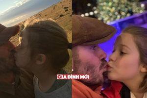 David Beckham hôn môi con gái 'gây bão', các mẹ bình luận gì?