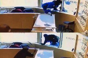 Cầm súng tiến vào cửa hàng, băng cướp bị nhân viên cầm kiếm đánh đuổi