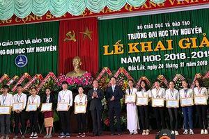 Đạm Cà Mau trao 60 suất học bổng cho sinh viên Đại học Nông Lâm và Đại học Tây Nguyên