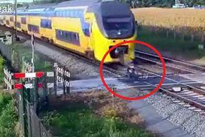Clip: Băng qua đường ray kiểu 'thách thức tử thần', suýt bị tàu hỏa nghiền nát