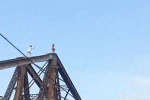 2 thanh niên leo lên đỉnh cầu Long Biên nhào lộn rồi chụp ảnh khiến bao người thót tim