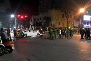 Hà Nội: Hai xe máy đâm thẳng vào xe Audi, một cô gái tử vong