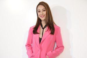 Hoa hậu Hong Kong bị phản đối vì đi giày cao gót khi mang bầu