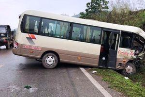 Xe tải đâm xe khách khiến 8 người nhập viện cấp cứu