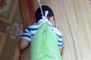 Trẻ mẫu giáo bị buộc dây bên cửa sổ, đau lòng