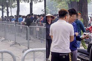 CĐV xếp hàng dài lấy vé bán kết AFF Cup, 'phe vé' đứng chờ sẵn hỏi mua lại