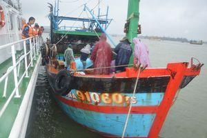 Tàu Cảnh sát biển vật lộn với sóng gió cứu 10 ngư dân