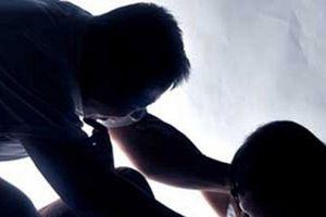 Bắt khẩn cấp gã bố dượng cho con gái 11 tuổi xem phim 'người lớn' rồi nhiều lần xâm hại