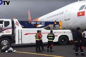Clip: Máy bay Vietjet gặp sự cố nghiêm trọng khi hạ cánh