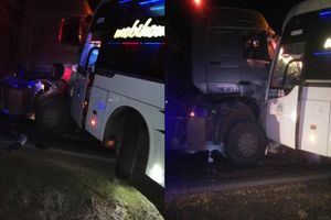 Sơn La: Cắt cửa cứu tài xế xe khách sau cú đấu đầu trực diện với xe đầu kéo