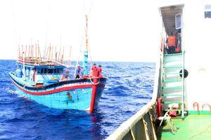Vùng 3 Hải quân cứu nạn tàu cá ngư dân Quảng Ngãi