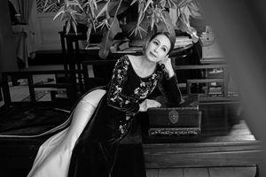 'Nữ hoàng ảnh lịch' Diễm My khoe vẻ đẹp không tuổi với áo dài nhung