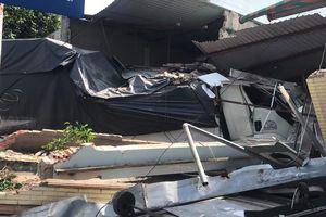 Xe tải tông sập 2 nhà dân ở Sài Gòn, nhiều người hoảng loạn bỏ chạy thoát thân