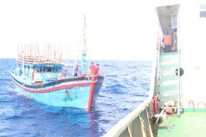 Lai dắt tàu cá ngư dân Quảng Ngãi gặp nạn trên biển