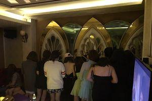Hàng chục nữ tiếp viên bỏ chạy khi bất ngờ bị kiểm tra