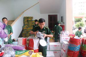 Tặng quà người dân vùng lũ Khánh Hòa