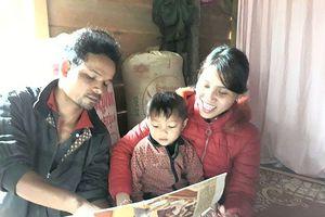 Bé trai dân tộc Vân Kiều 3 tuổi đã biết đọc chữ và số