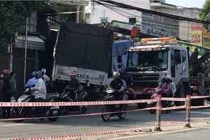 Xe tải tông sập 2 nhà dân, tài xế kẹt trong cabin kêu cứu
