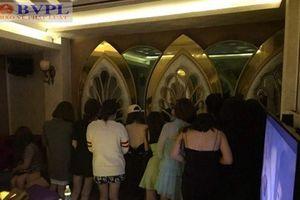 Hàng chục 'chân dài' ăn mặc thiếu vải tiếp khách Hàn trong quán karaoke không phép