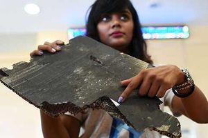Thân nhân hành khách cung cấp 5 mảnh vỡ nghi của máy bay MH370